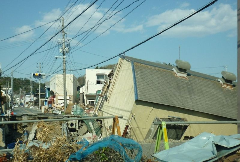 Iwaki (傾いた家)