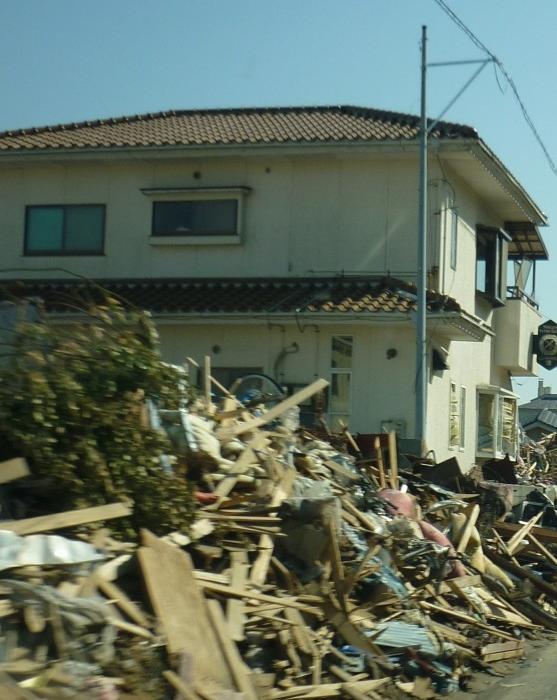 Iwaki (瓦礫と家)